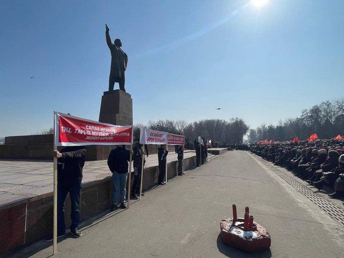 В Оше проходит митинг в поддержку Матраимова и против радио «Азаттык»