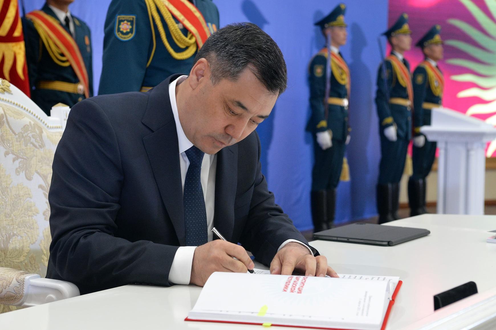 Одним кадром: Садыр Жапаров подписал новую Конституцию