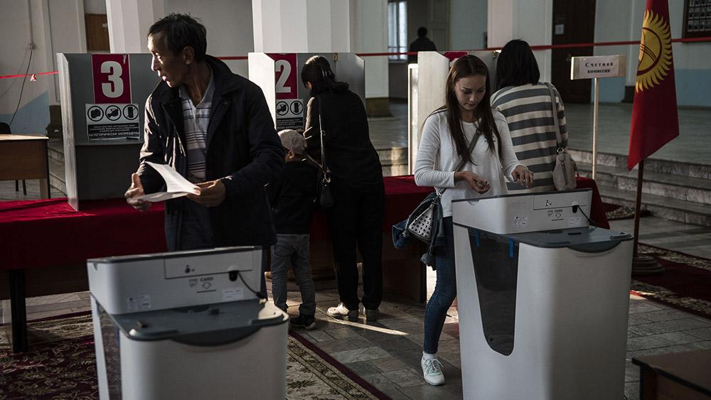 «Уважаемые люди» и поведение на дебатах. Как кыргызстанцы выбирают, за кого им голосовать?