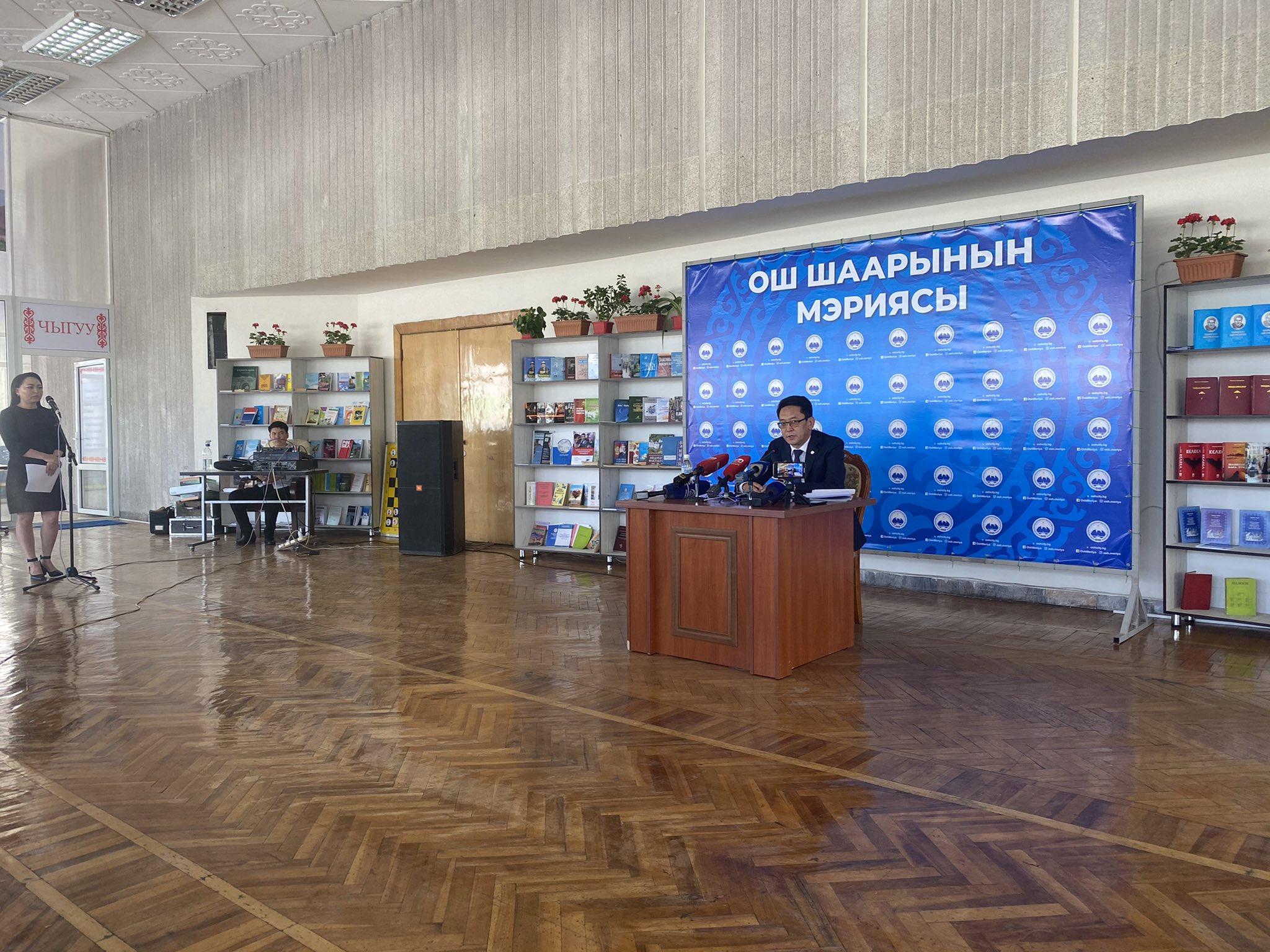 Ош: После проведения пресс-конференции и.о. мэра накрыли стол журналистам