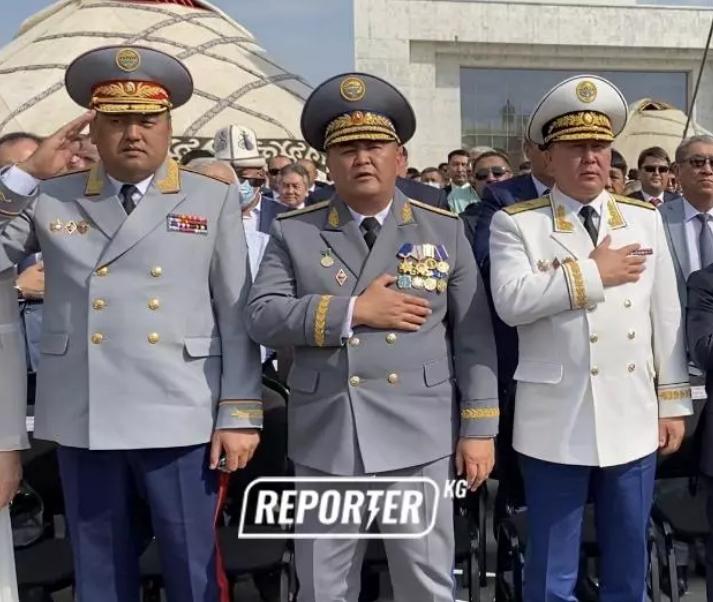 Инфошум: ГКНБ зачем-то прокомментировал, правильно ли Ташиев держал руку во время гимна на День независимости. Почему это неважно?